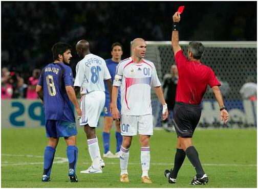 за что дают красную карточку в футболе